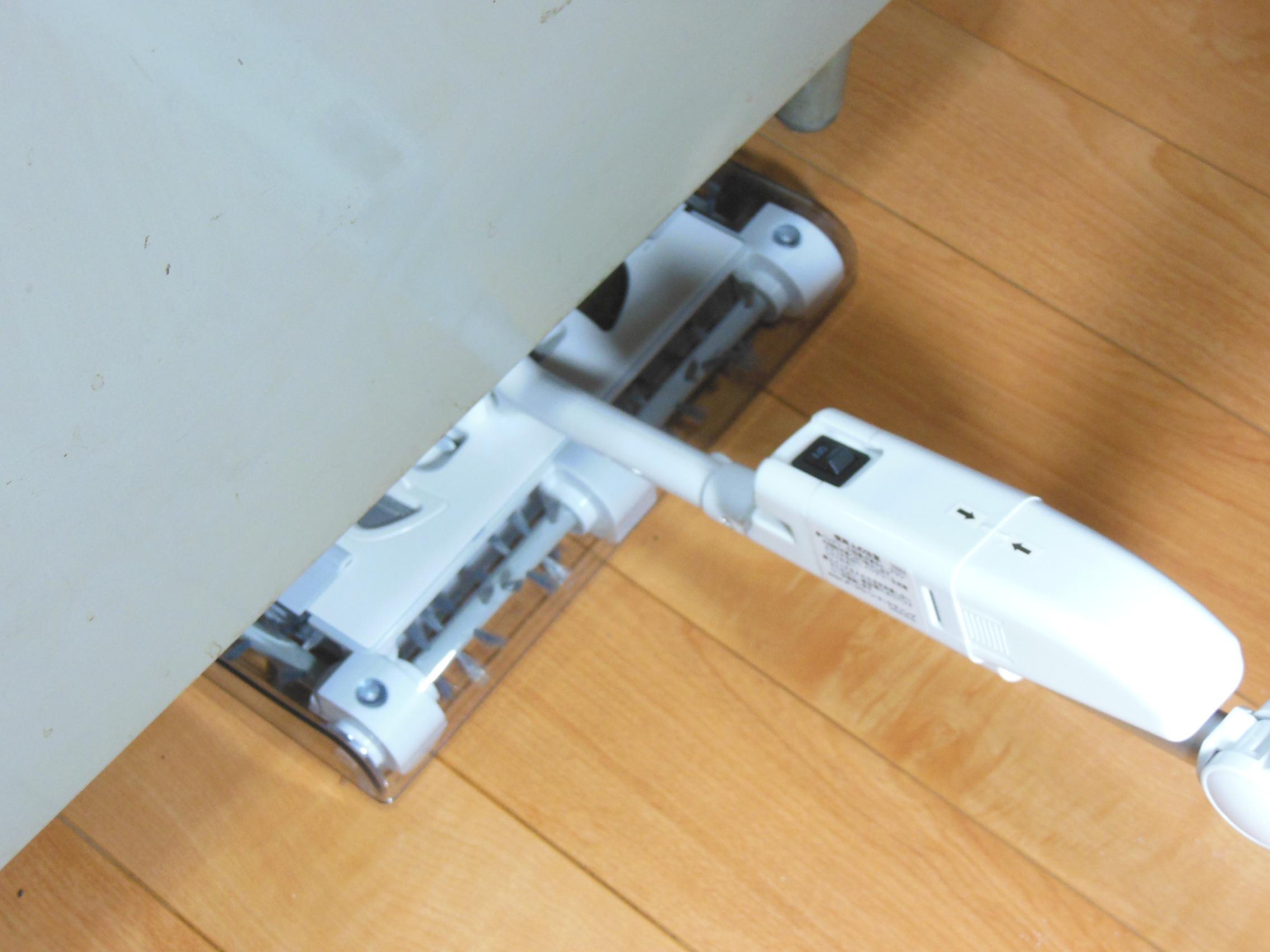 fig.20 「エルボージョイント」を曲げて机や棚の下のスペースをお掃除するの図